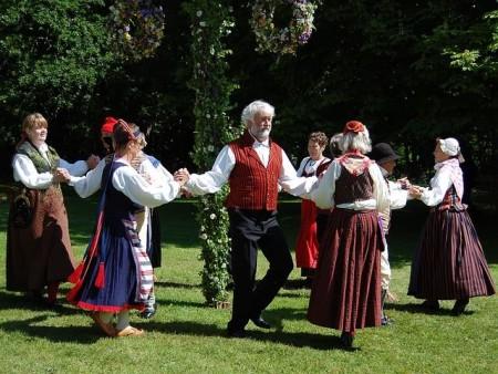 folk-dance-54530_640_R